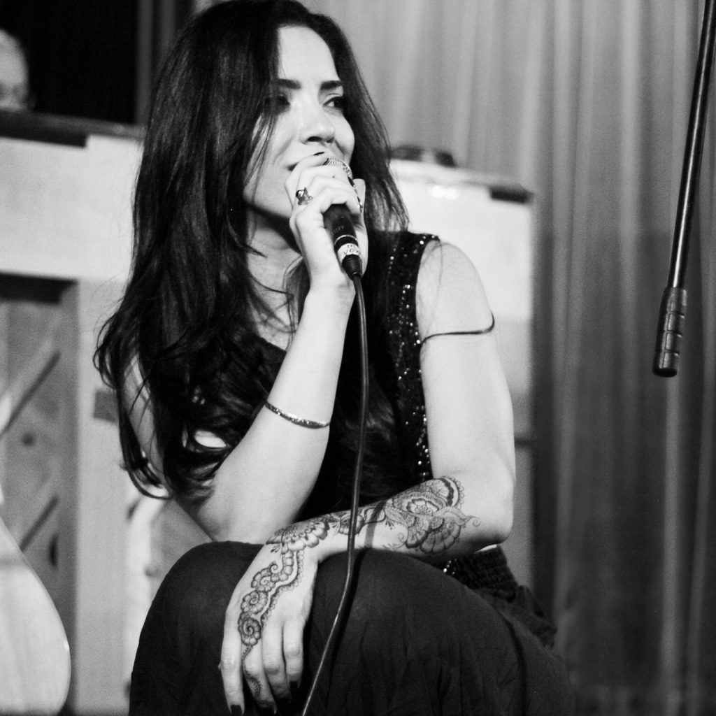 Elinor Sitrish LIVE B&W - Photo credit - Oren Hizkiya